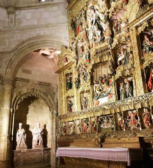 Retablo de la capilla de la Asunción con estatuas orantes